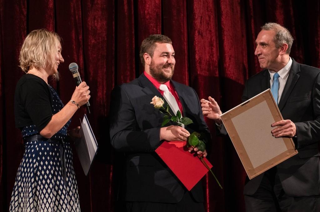 Pan učitel Varhaník přebírá ocenění FAMOS